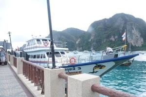 Ferry yang kami naiki merapat di Tonsai Pier