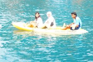 Saya, Kena, dan 'A' naik kano. Tinggal duduk manis, nyampe deh...