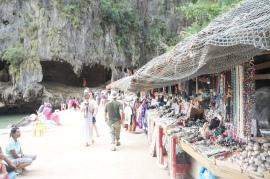 Kios-kios penjual souvenir di James Bond Island