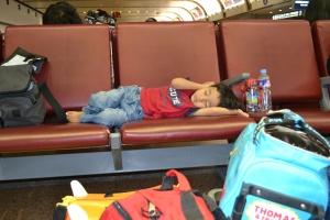 Rendra tertidur pulas di airport