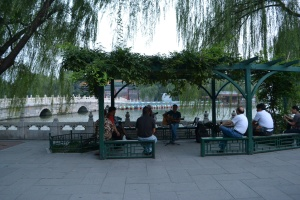 Sekelompok orang bermain musik di pinggir danau