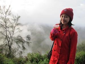 Minum teh panas di cuaca yang dingin