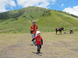 Rendra gembira berlari-larian di Bukit Teletubies