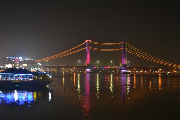Jembatan Ampera, foto diambil dari Restoran Riverside