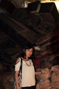 Di dalam gua banyak peti mati-nya