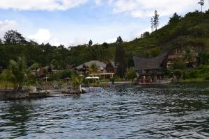 Dermaga Tabo Cottages dilihat dari danau