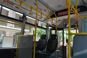 ada layar petunjuk halte berikutnya di atas