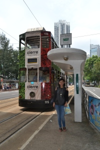 Mejeng di halte stasiun tram