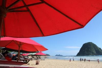 Payung merah di Pantai Pulau Merah